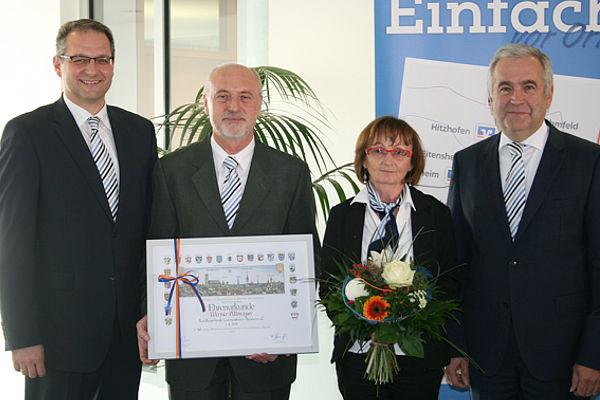 Die Bankvorstände Bernhard Hackner (links) und Peter Pollich (rechts) gratulieren den treuen Mitarbeitern.